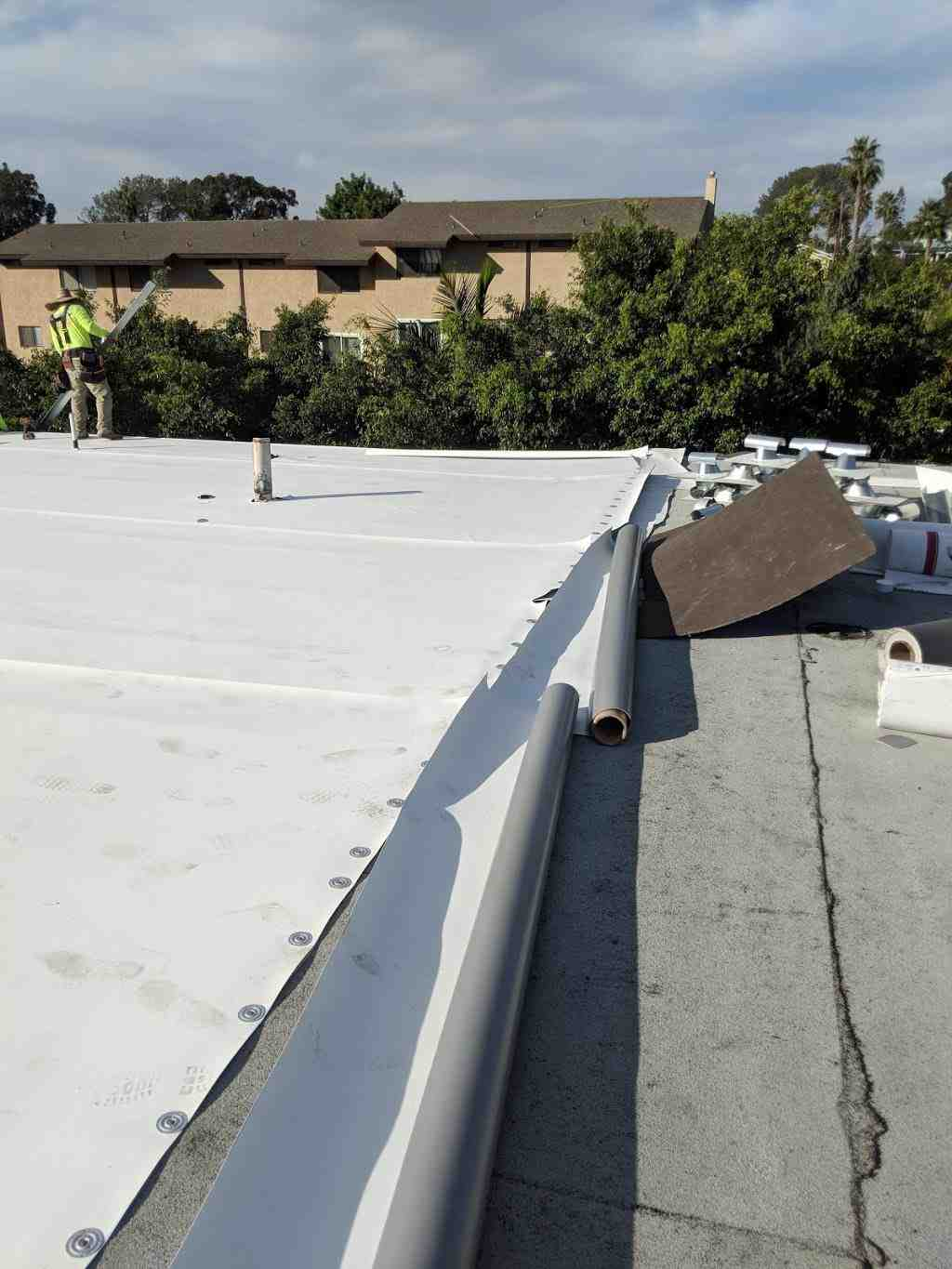 How much does it cost to replace a roof on a 2200 square foot house?